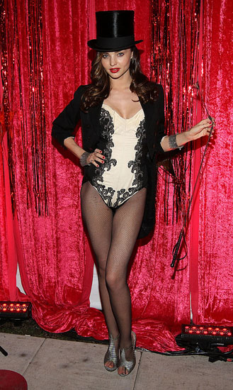 Знаменитості у костюми на Хеллоуїн - дівчина з цирку