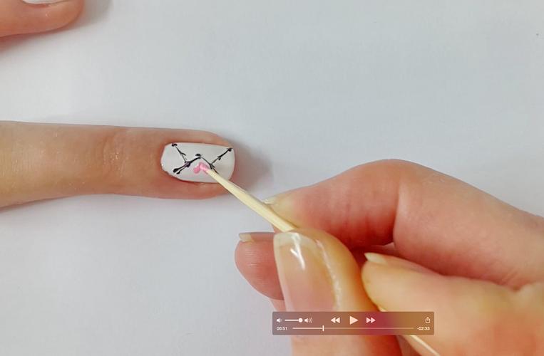 Малюємо сердечко на нігті зубочисткою