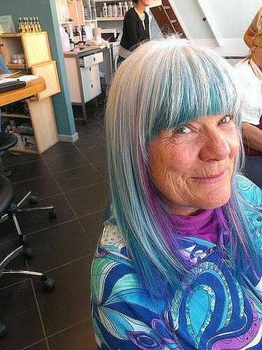 Оригінальний колір волосся - сивина і синій