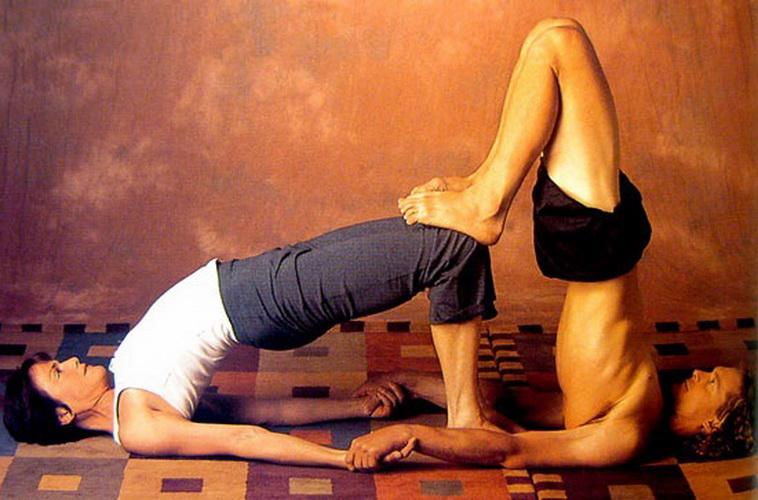 Пози йоги для двох - фото