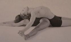 Лінивий нахил вперед з розставленими ногами