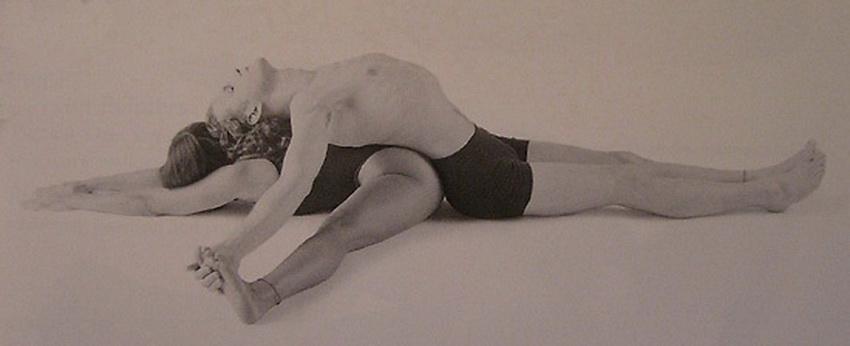 Пози йоги для двох - нахили