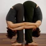 Позы йоги для двоих — Двойной наклон стоя вперед