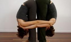 Поза йоги для двох - Подвійний нахил вперед стоячи