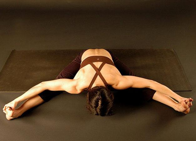 Сидяча поза йоги для глибокої розтяжки