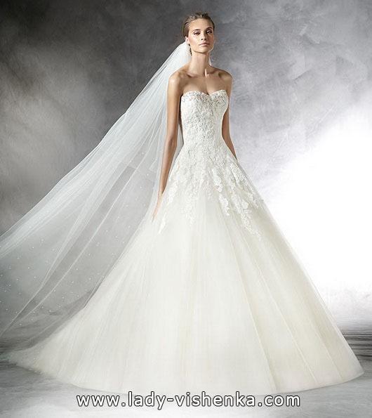 Весільну сукню принцеси зі шлейфом - Pronovias