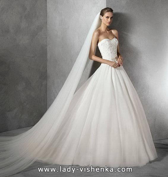 Весільну сукню принцеси з довгою фатою - Pronovias