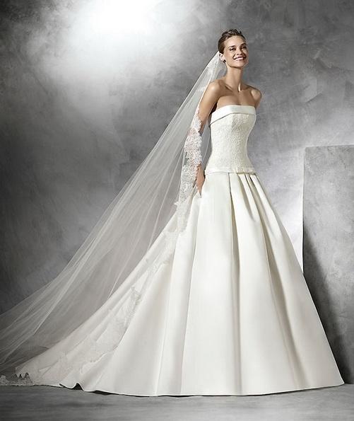 Весільну сукню з атласу без бретелей зі шлейфом - Pronovias 2016