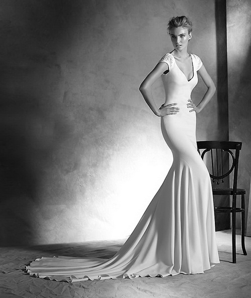Пряме весільну сукню з атласу зі шлейфом - Pronovias 2016