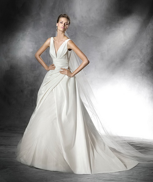 Атласна весільна сукня на бретельках зі шлейфом - Pronovias 2016
