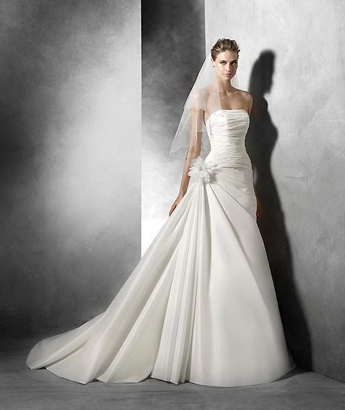 Атласна весільна сукня без бретелей зі шлейфом - Pronovias 2016