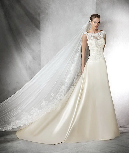 Красиве весільне плаття з атласу зі шлейфом - Pronovias 2016