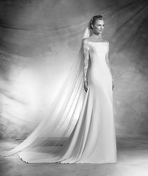 Атласна весільна сукня з мереживними рукавами і шлейфом - Pronovias 2016