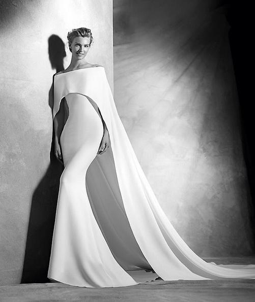 Незвичайне атласна весільна сукня зі шлейфом - Pronovias 2016