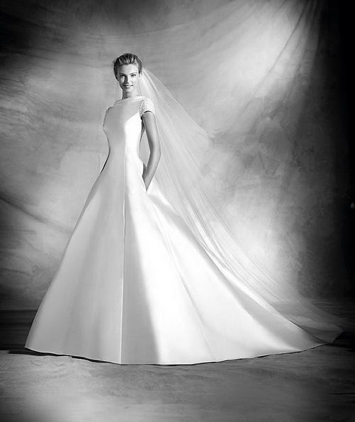 Класичне весільне плаття з атласу зі шлейфом - Pronovias 2016
