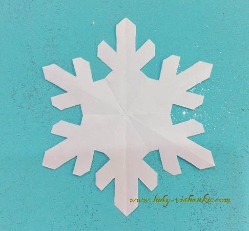 Обычные новогодние снежинки из бумаги своими руками