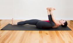 Поза йоги - наполовину щаслива дитина