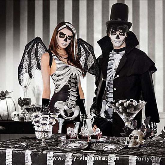 Пара на Хеллоуїн в костюмах Скелета
