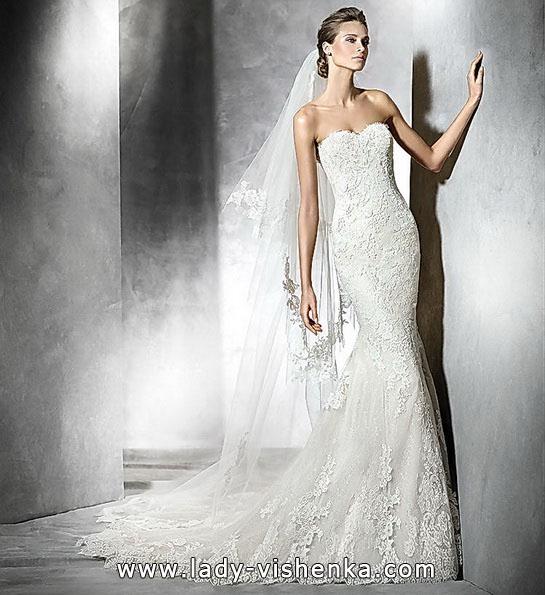 Весільну сукню з мереживом і шлейфом - Pronovias