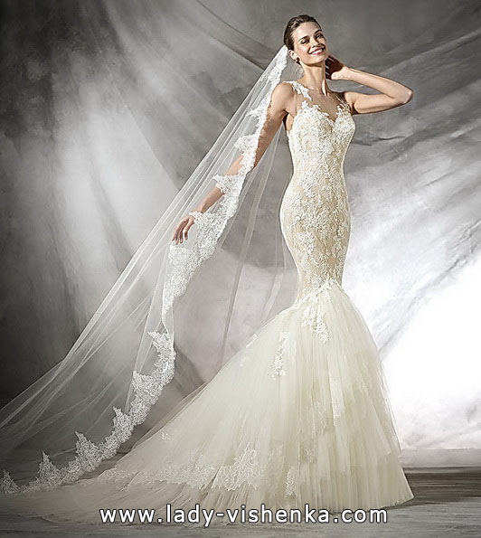 Мереживна весільна сукня з фатою і шлейфом - Pronovias