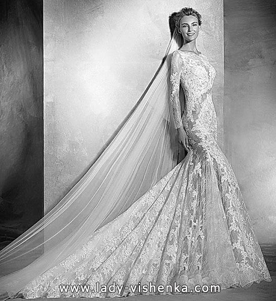 Весільну сукню з мереживом, фатою і шлейфом - Pronovias