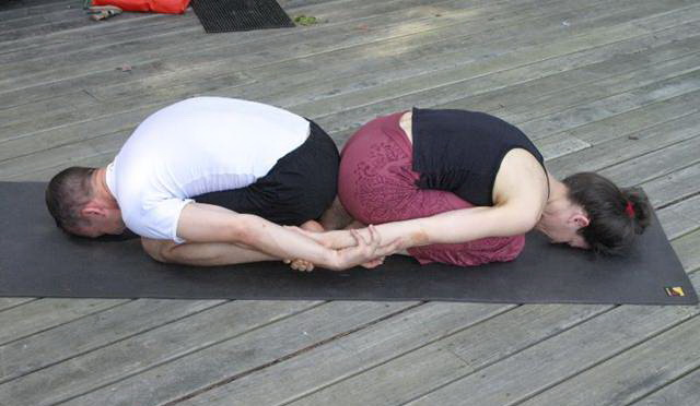 Розслаблююча поза йоги для двох