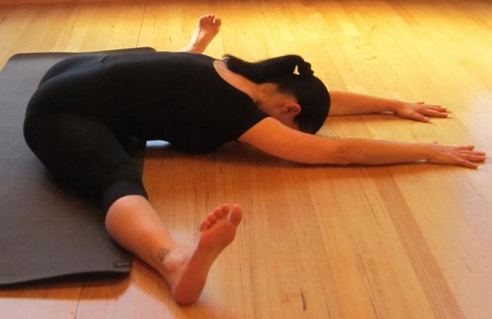 Сидяча поза йоги для розтяжки