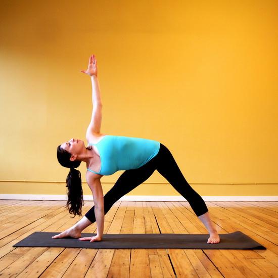 Поза йоги - трикутник