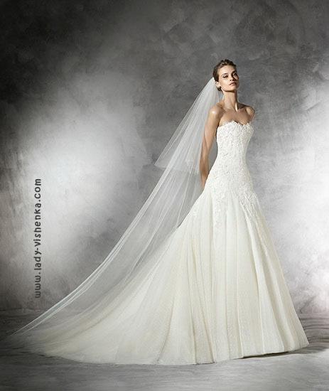 Весільну сукню принцеси з шлейфом і фатою Pronovias