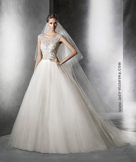Весільні сукні з довгою фатою Pronovias