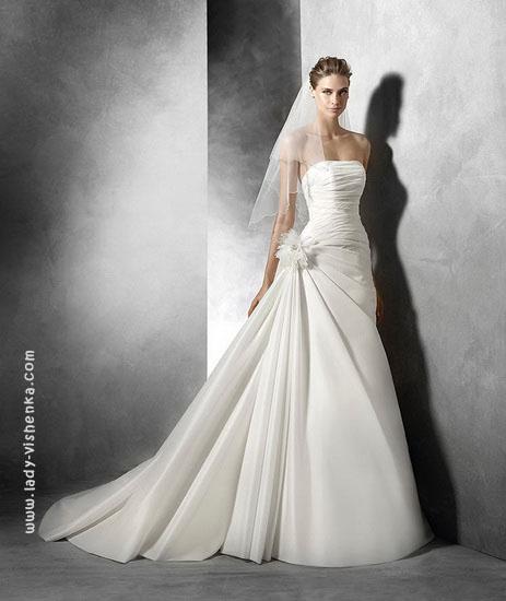 Весільна сукня з бантом Pronovias