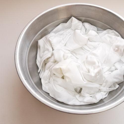 Плями на одязі білої