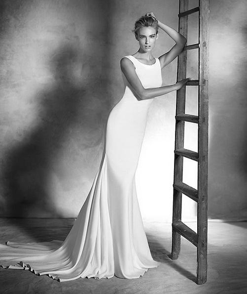 Весільну сукню з атласу зі шлейфом - Pronovias 2016