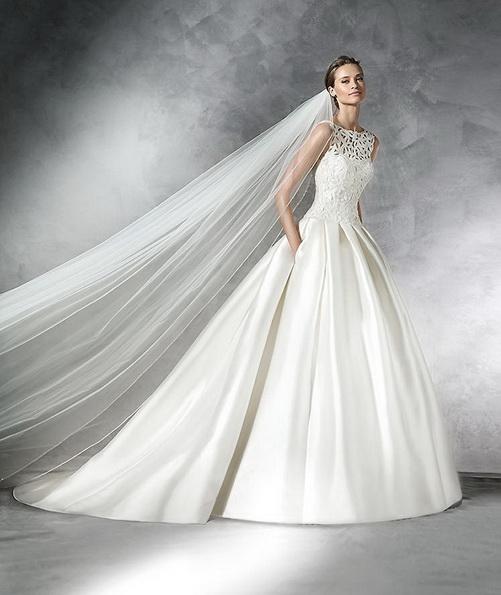 Просте атласна весільна сукня з фатою і шлейфом - Pronovias 2016