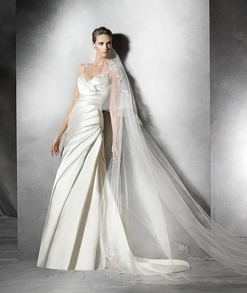 Весільну сукню з атласу на бретельках зі шлейфом - Pronovias 2016