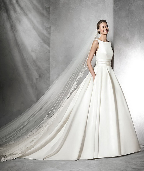 Пишне атласна весільна сукня зі шлейфом - Pronovias 2016