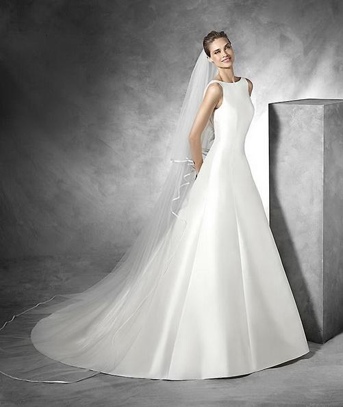 Красиве весільне плаття з атласу з фатою і шлейфом - Pronovias 2016