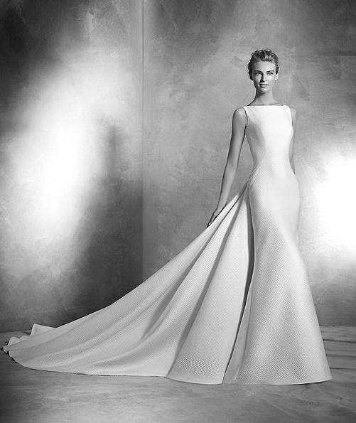 Атласна весільна сукня зі шлейфом - Pronovias фото 2016