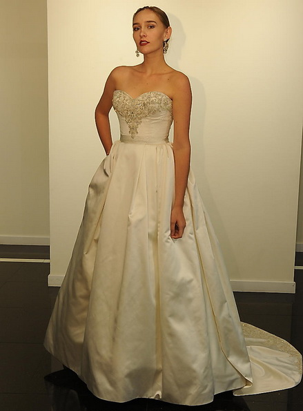 Атласна весільна сукня зі шлейфом Victor Harper 2016