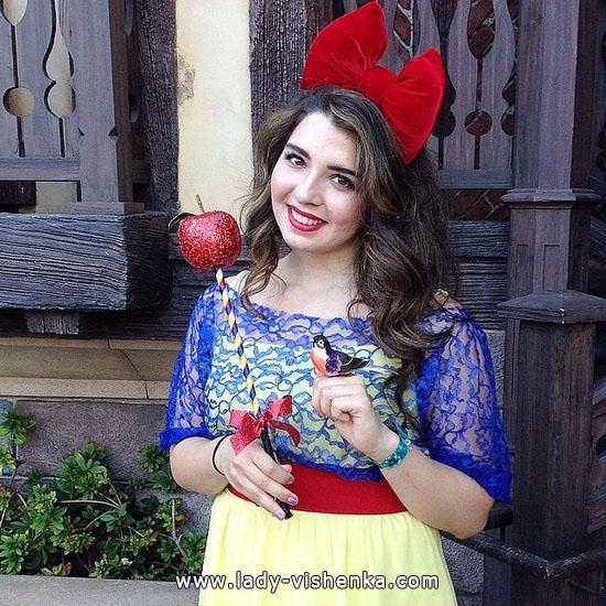 Білосніжка на Хеллоуїн з яблуком