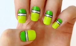 Річний дизайн нігтів з лініями