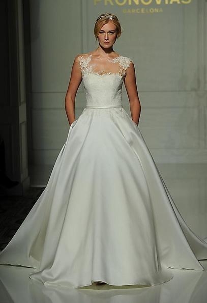 Весільну сукню з атласною спідницею Pronovias - Fall 2016